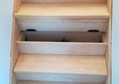 Escalier avec coffres de rangement