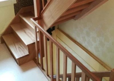 Escaliers en chêne brun