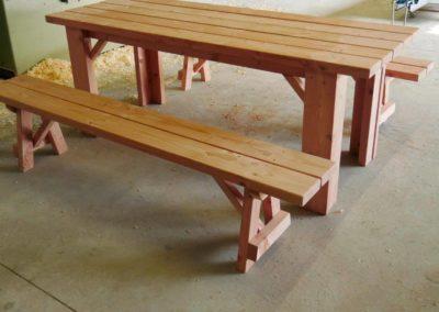 Table de jardin avec bancs détachés